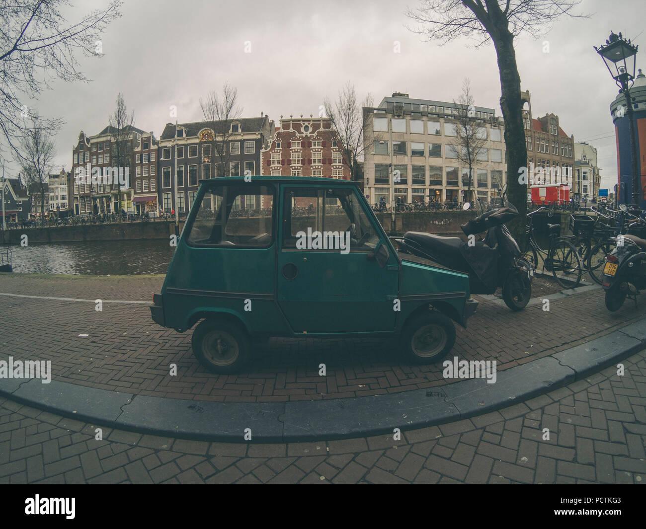 Kleine grüne Auto auf Straßen Amsterdams geparkt Stockbild