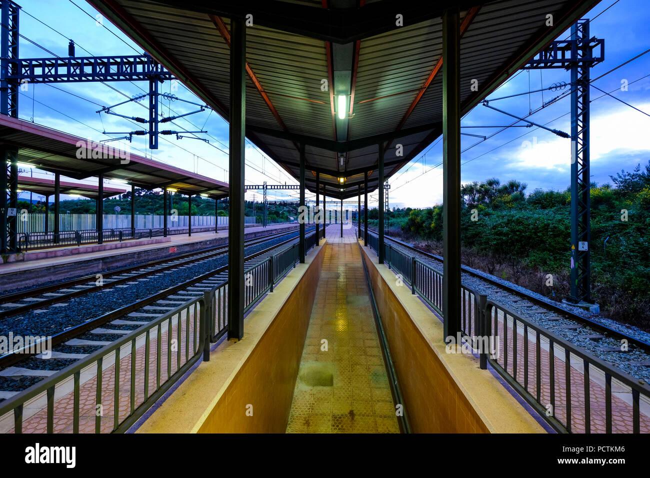 Bahnhof ohne Menschen bei Sonnenuntergang im Großraum von Barcelona in Katalonien, Spanien Stockbild