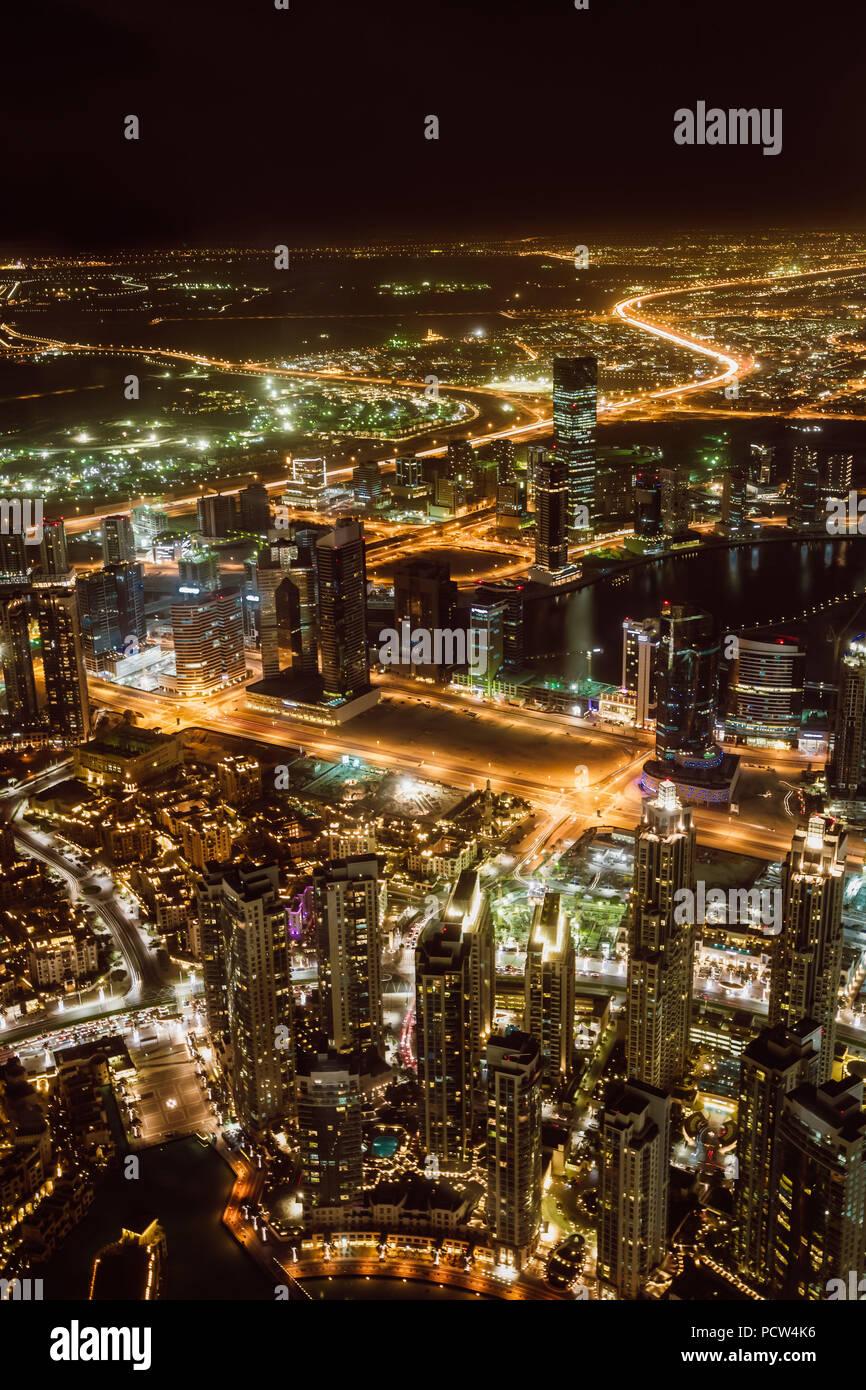 Luftaufnahme von Downtown Dubai und Wolkenkratzer in der Nacht von der Oberseite des Burj Dubai Stockbild
