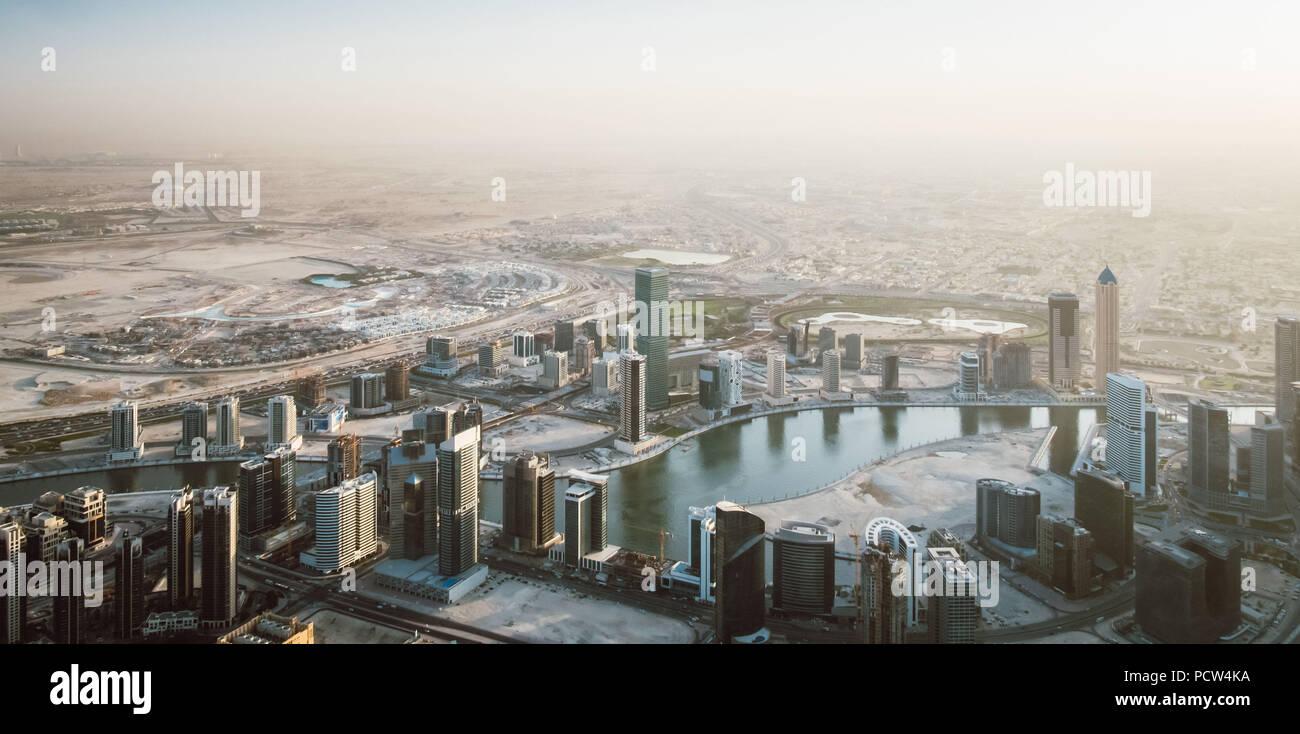 Schöne Aussicht von der Spitze der Skyline von Dubai - Panorama Stockbild