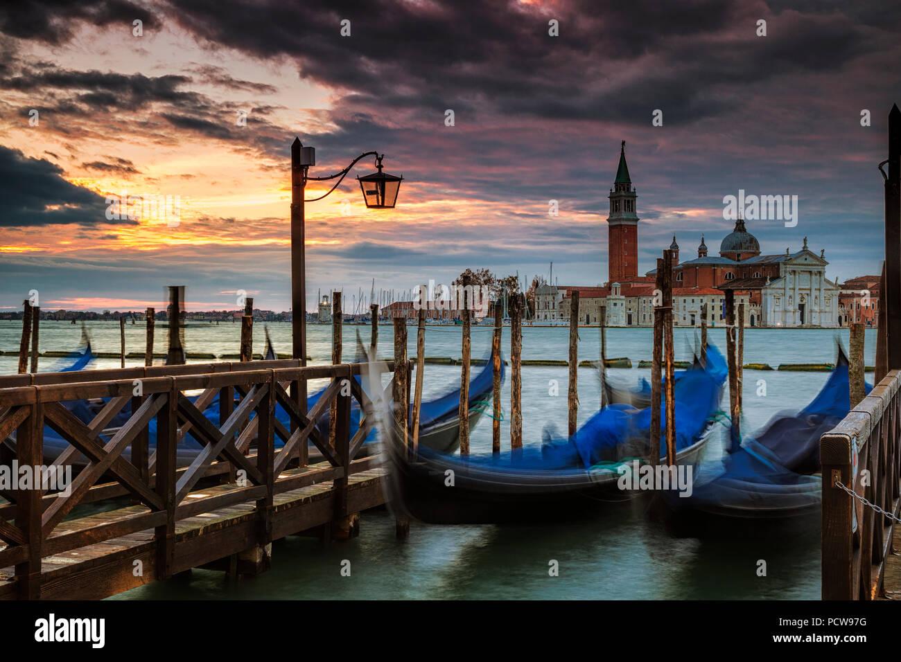 Geparkt Gondeln in Venedig mit der Insel San Giorgio Maggiore im Hintergrund Stockbild