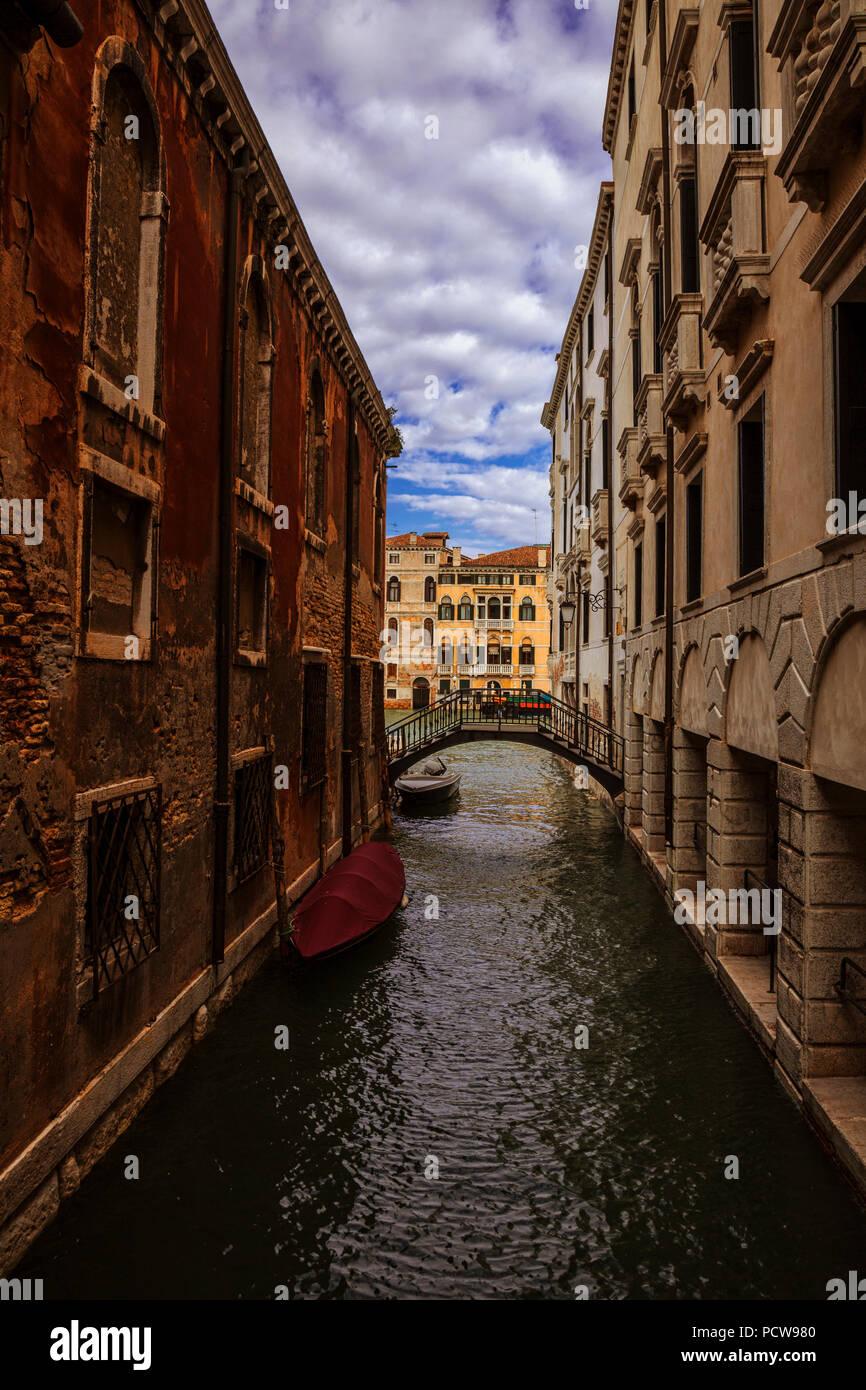 Einer schmalen Seite Kanal in Venedig, Italien Stockbild