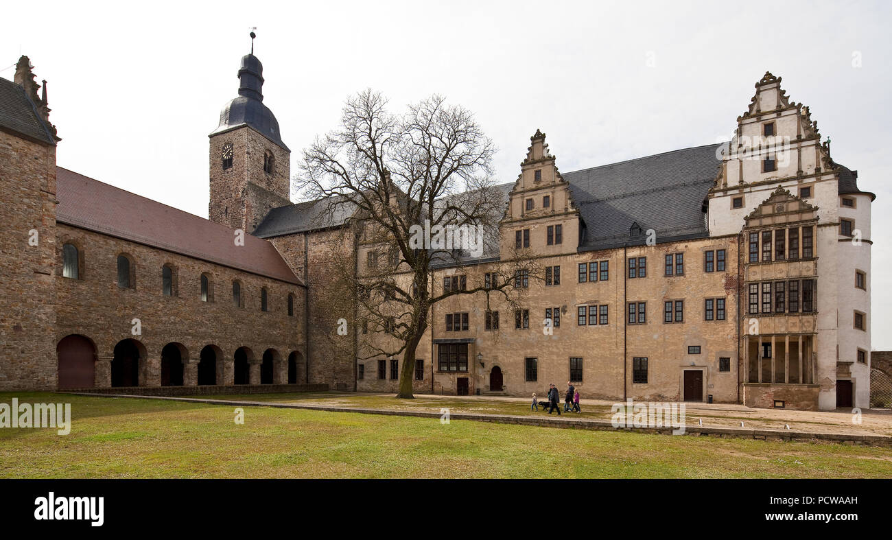 Leitzkau Schloßhof von Nordosten, dsub Schloß Neuhaus mit Standerker und Zwerchhäusern, links Ehem. Stiftskirche 12. Jhd. Stockbild