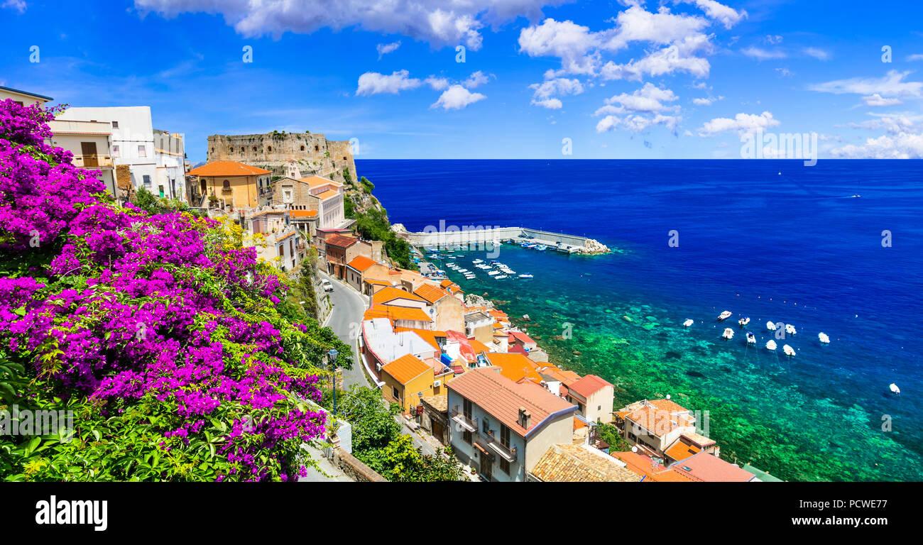 Schöne Scilla Dorf, mit Blick auf die mittelalterliche Festung und das Meer, Kalabrien, Italien. Stockbild