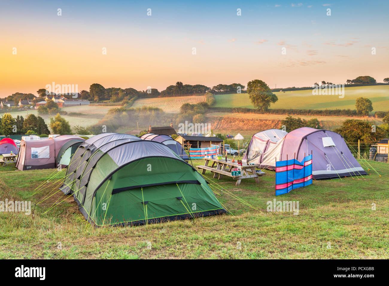 Devon, UK. 5. August 2018. Nach einem milden kühle Nacht, am frühen Morgen Nebel löscht, wie die Sonne über dem malerischen kleinen Campingplatz der breiten Park in der Nähe von Bideford in North Devon steigt. Credit: Terry Mathews/Alamy leben Nachrichten Stockbild