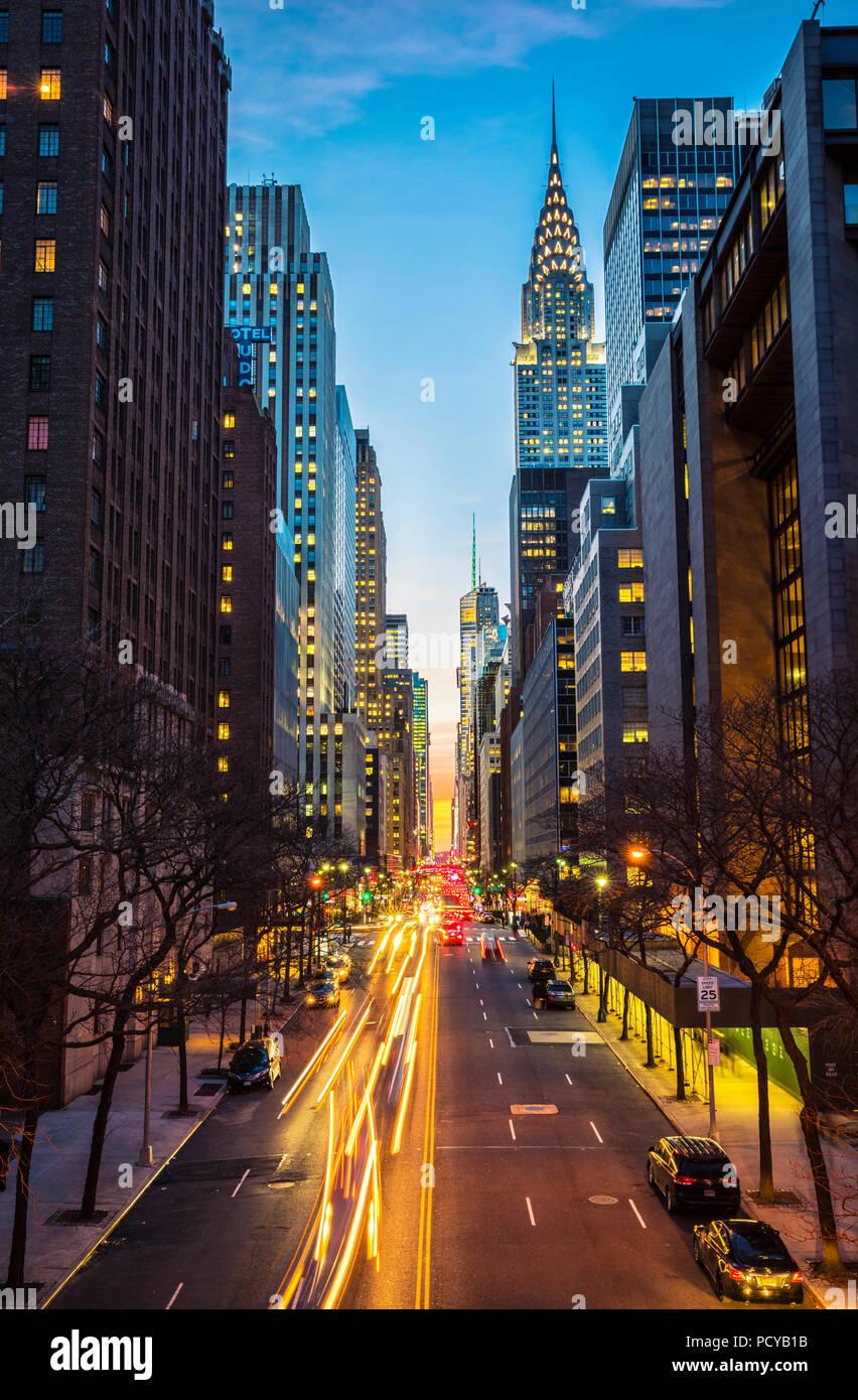 New York 42 st. bei Sonnenuntergang mit Chrysler Turm auf der rechten Seite Stockbild
