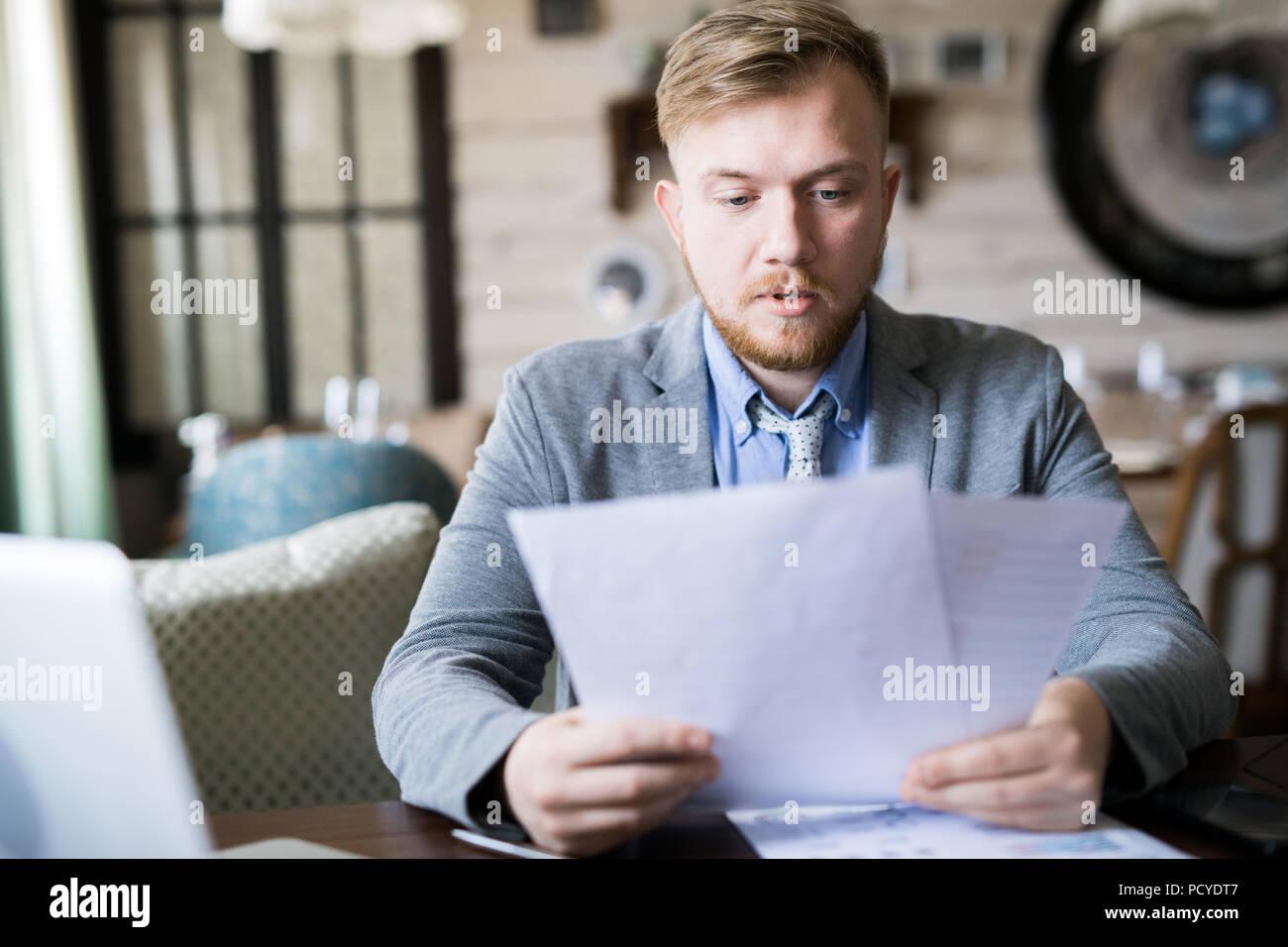 Geschäftsmann lesen einen Vertrag Stockbild