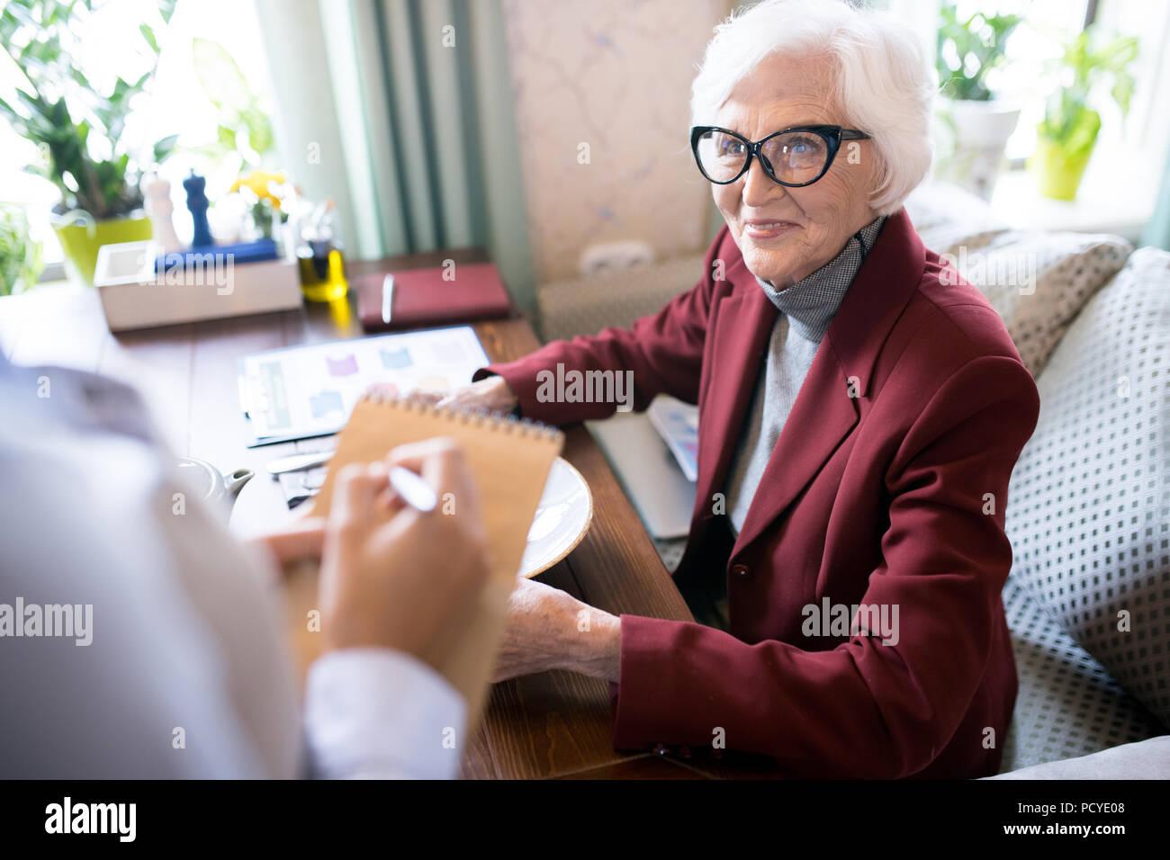 Ältere Frau, die eine Bestellung Stockbild