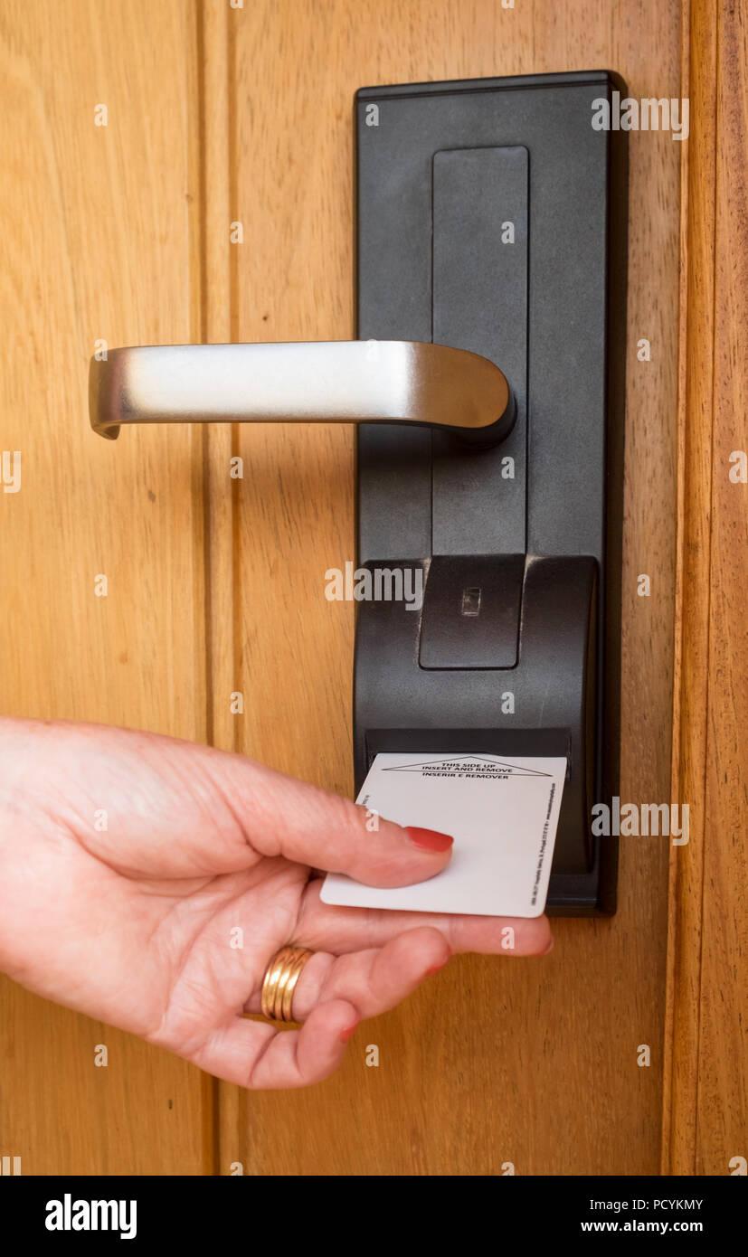 Eine Frau in einem Hotelzimmer mit einem elektrischen Key Card Stockbild