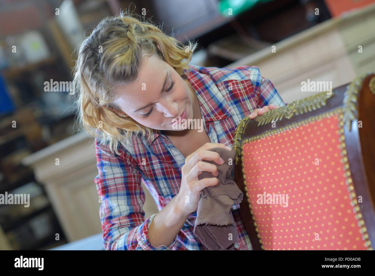 Polsterung womanan Arbeiten in der Werkstatt Stockbild