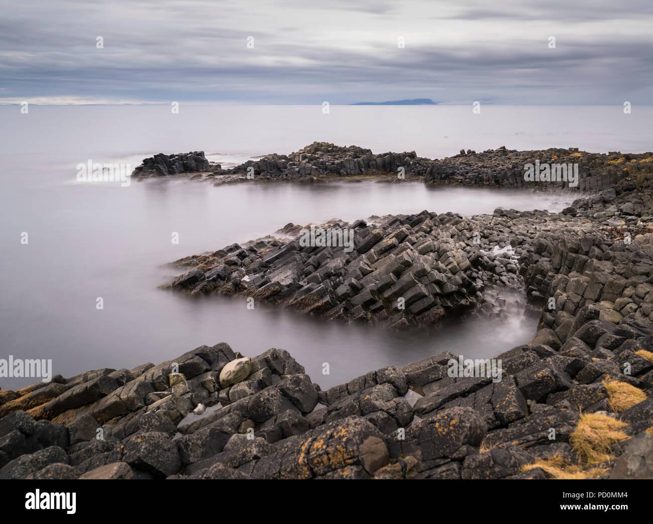 Schön geformten Basaltsäulen in der Nähe von Kálfshamarsvík Skagaströnd auf der Halbinsel Skagi, North Island Stockbild