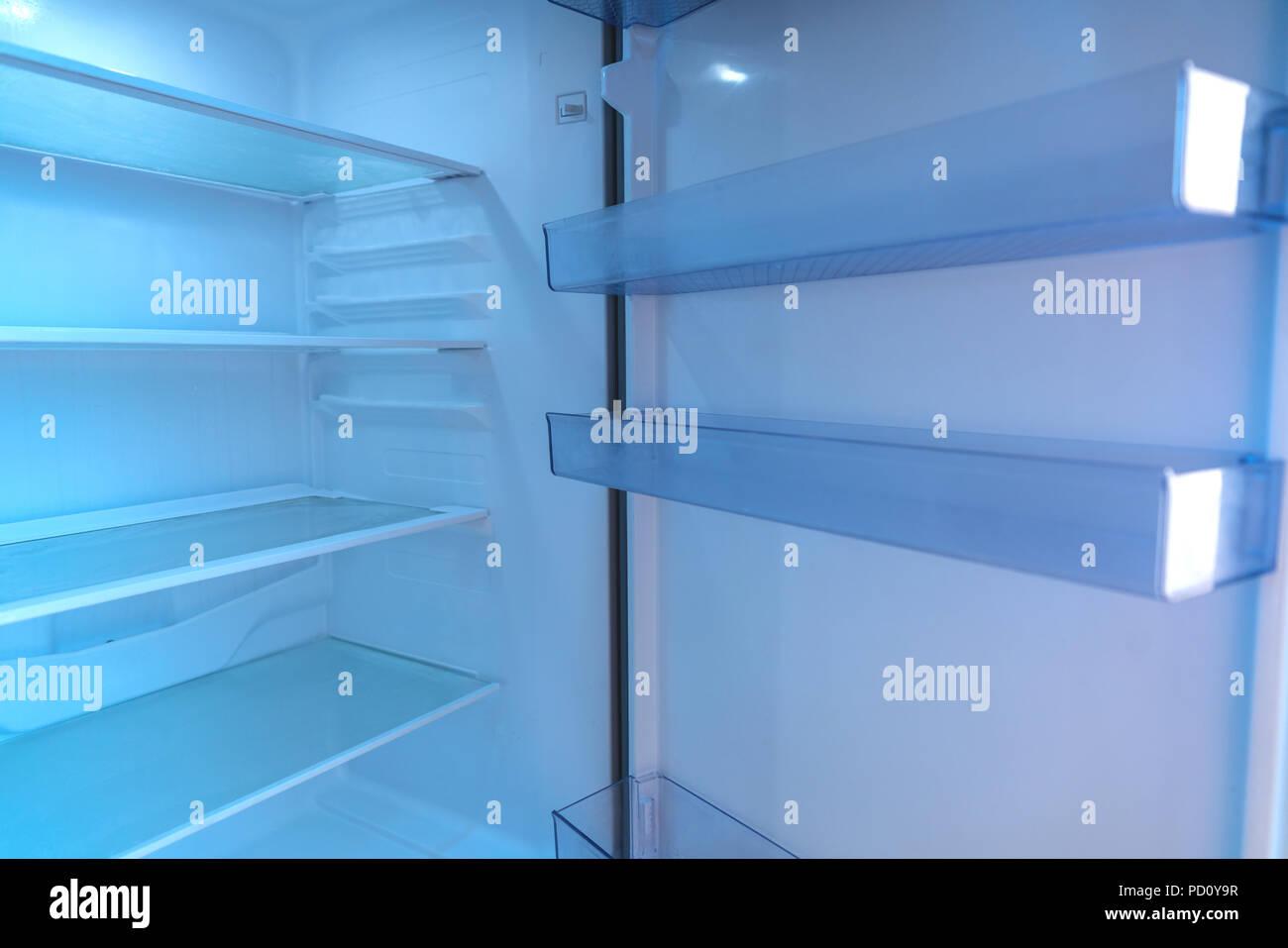 Kühlschrank Reinigen : Leere regale in der tür des offenen kühlschrank reinigen stockfoto
