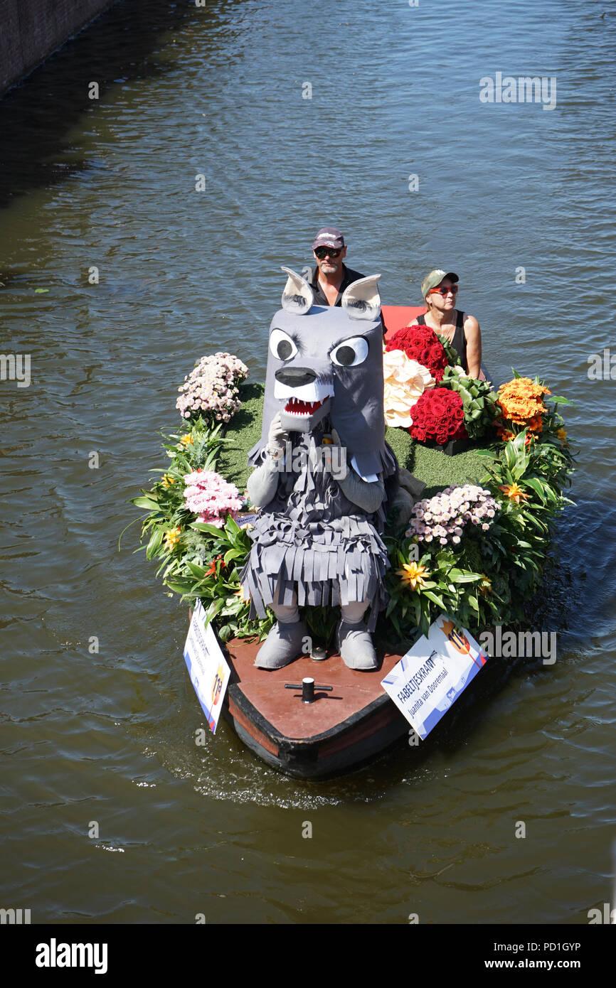 Delft, Niederlande - 5 August 2018: Westland Boot Parade (Varend Corso), festliche Spektakel, Boote mit Gemüse und Blumen, bunten Segeln Blumenkorso in der Region Westland Kredit eingerichtet: SkandaRamana/Alamy leben Nachrichten Stockbild