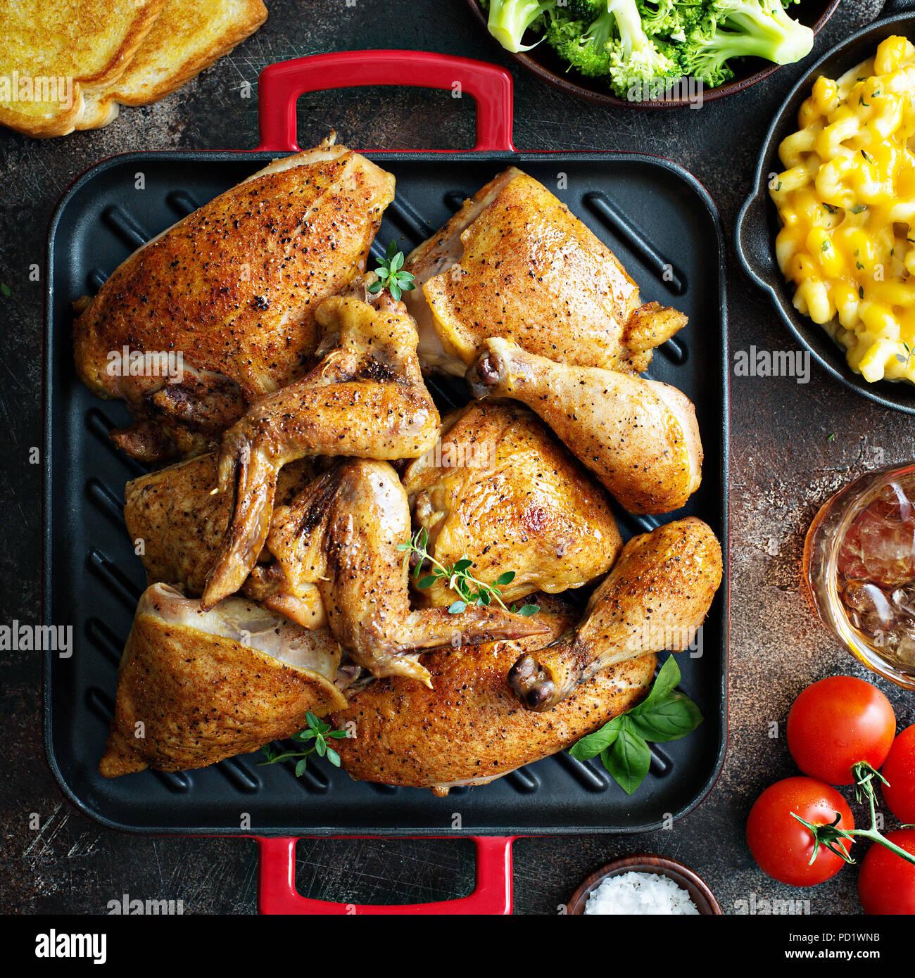 Sommer Abendessen mit gegrilltem Huhn Stockbild