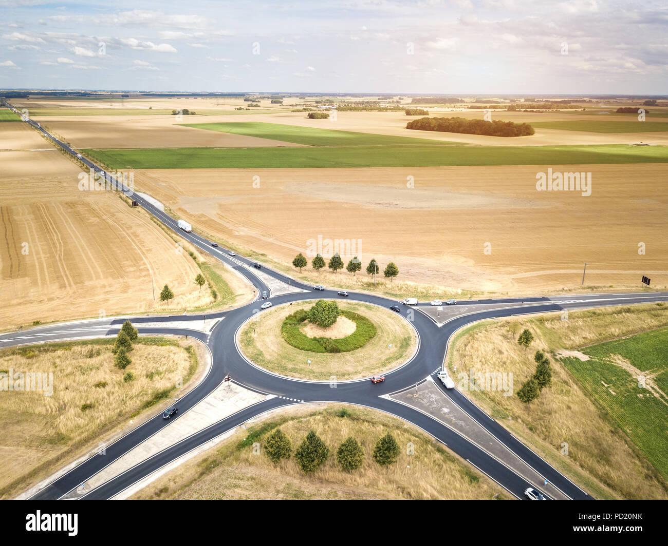 Kreisverkehr drone Luftaufnahme mit Fahrzeugen kreisen um den Kreisverkehr Lane, Frankreich Land rural Road Transport, Sommertag, Autos ein Stockbild