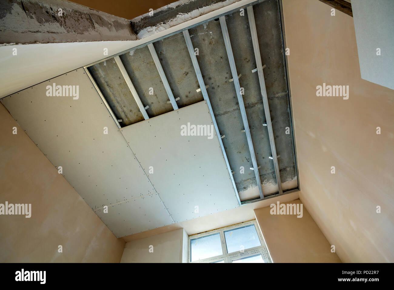 Schrägansicht des Lichts leeren Raum im Bau. Abgehängte Decke und