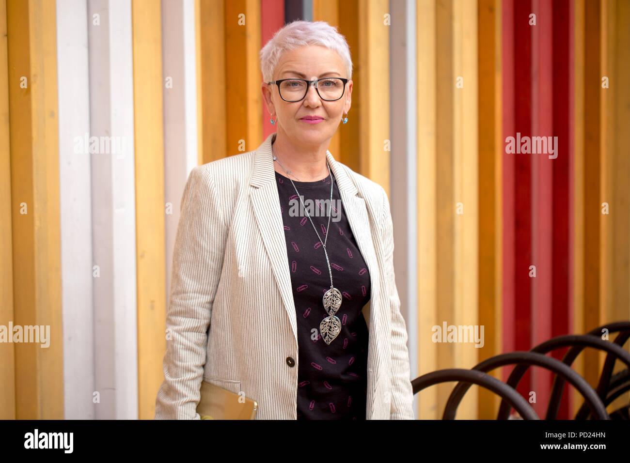 Eine schöne talentierte Business woman steht vor dem builid von Unternehmen Stockbild