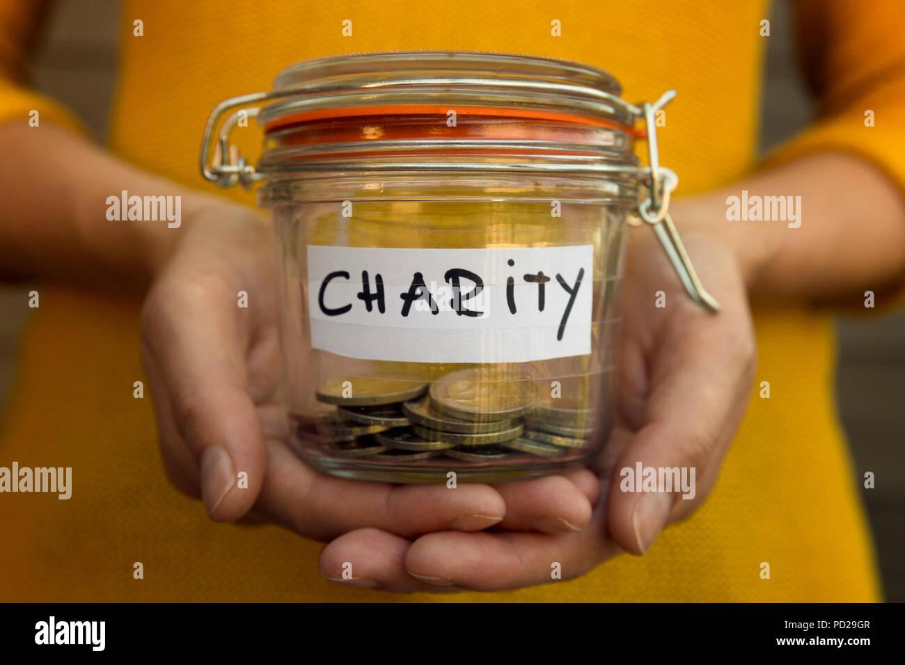 Frau Geld Sammeln Für Nächstenliebe Und Hält Glas Mit Münzen