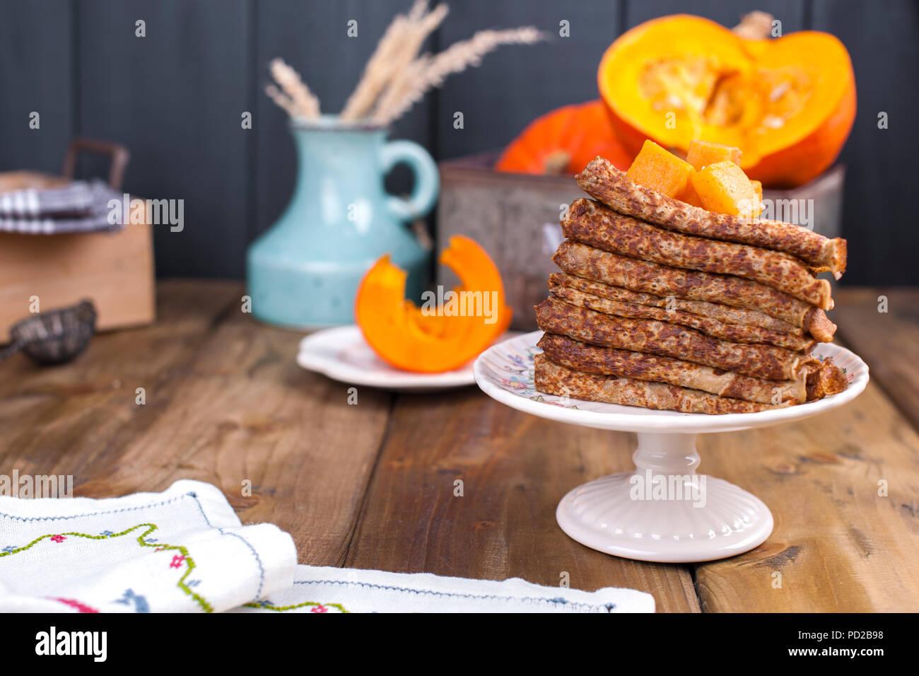 Leckere hausgemachte Pfannkuchen zum Frühstück, mit Kürbis und Honig. Frühstück für die ganze Familie. Rustikale Foto. Platz kopieren Stockbild