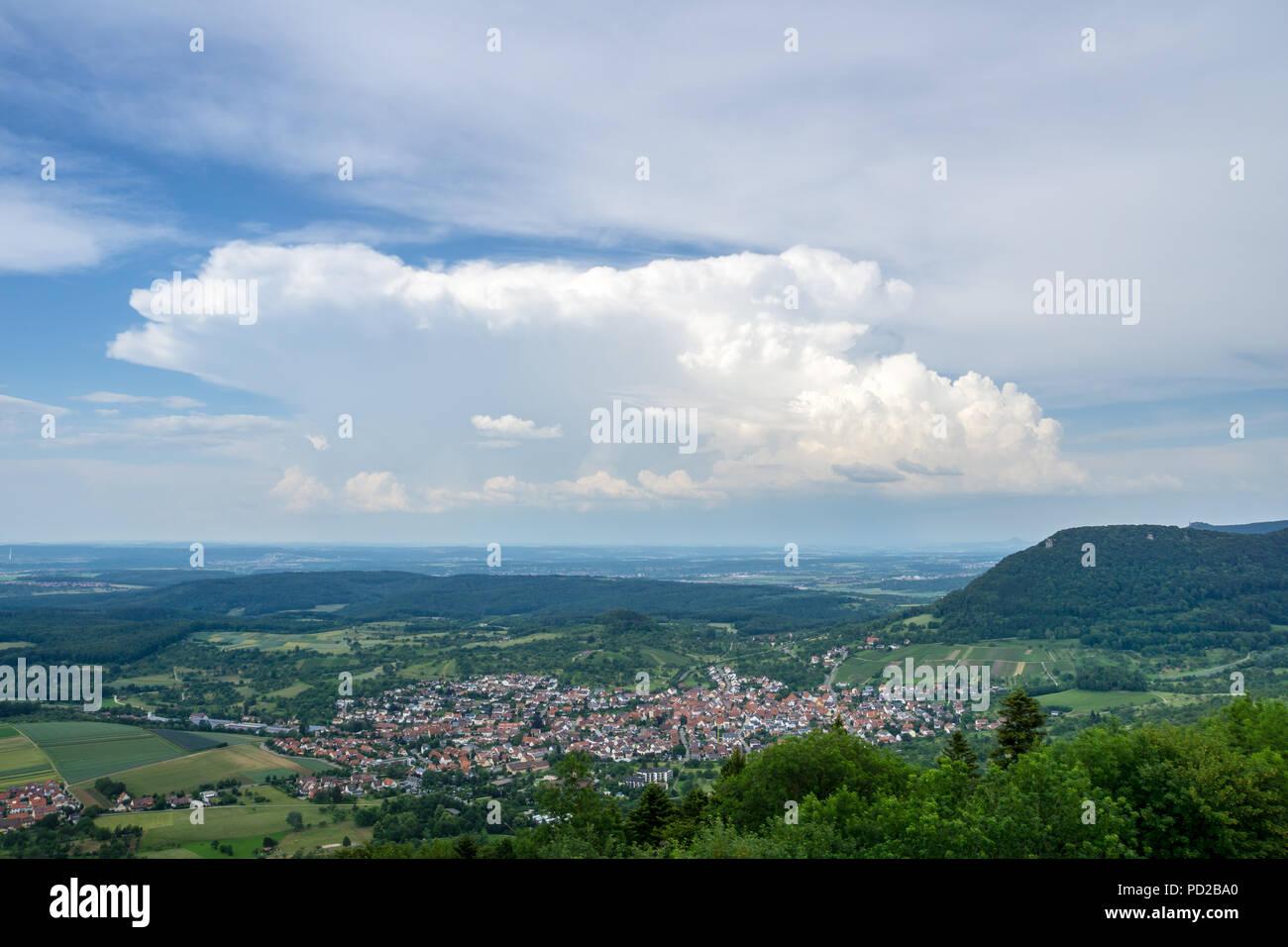 Deutschland, Blick auf schwäbische Natur Landschaft und Dorf Beuren von oben Stockbild