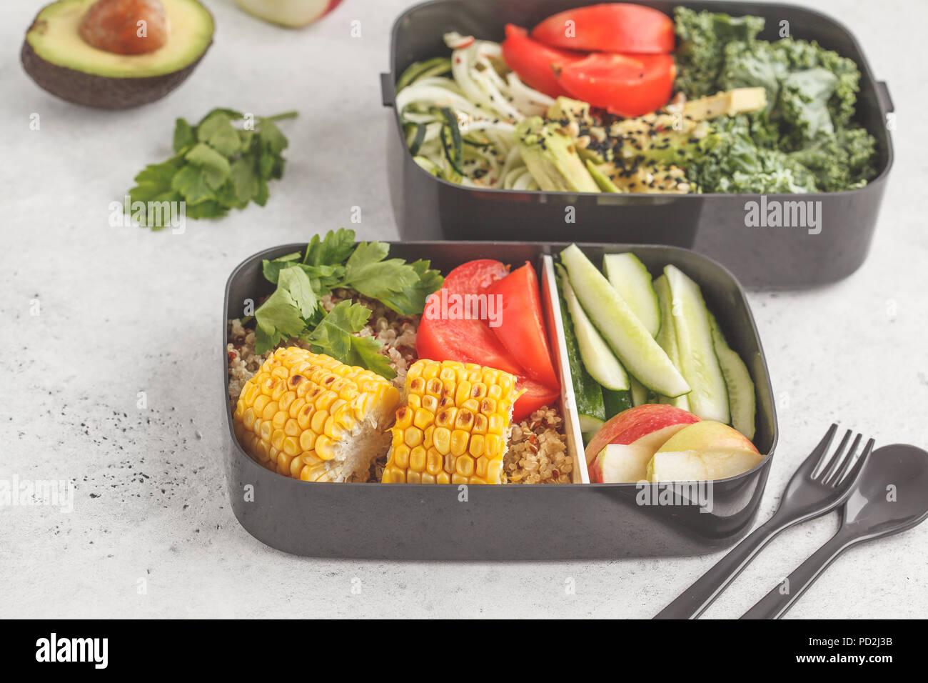 Gesunde Mahlzeit prep Container mit Quinoa, Avocado, Mais, Zucchini Nudeln und Kale. Essen zum Mitnehmen. Weißer Hintergrund, Ansicht von oben. Stockbild