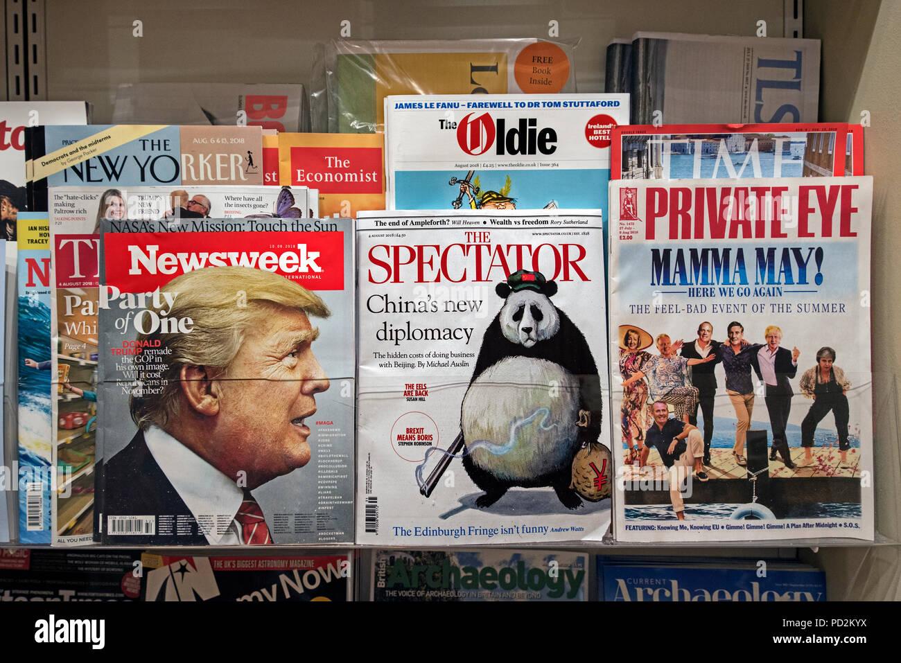 Newsweek, den Zuschauer und Private Eye Magazine auf der einen Zeitungsladen Regal. Stockbild