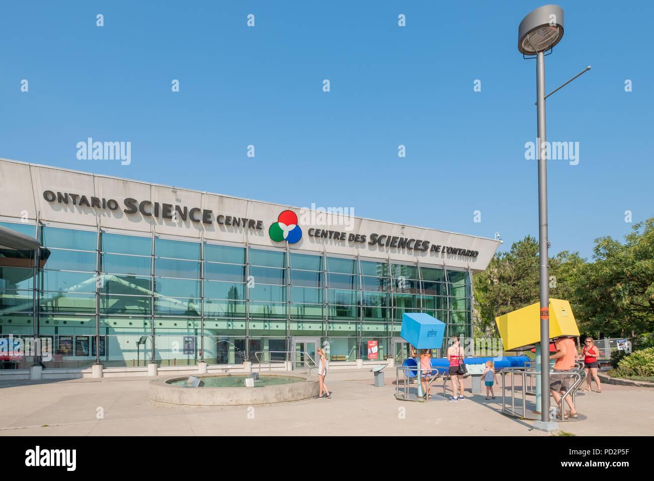 Familien mit dem interaktiven Displays außerhalb des Ontario Science Centre in Toronto, Ontario, Kanada. Stockbild