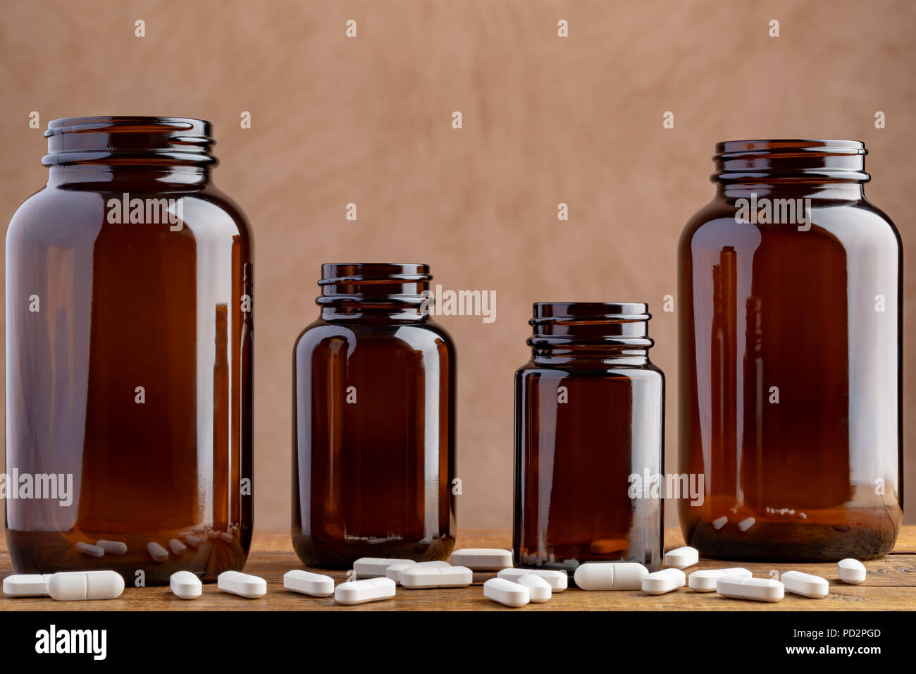 Vier pharmazeutischen Flaschen mit verschiedenen Pillen und Kapseln Stockbild