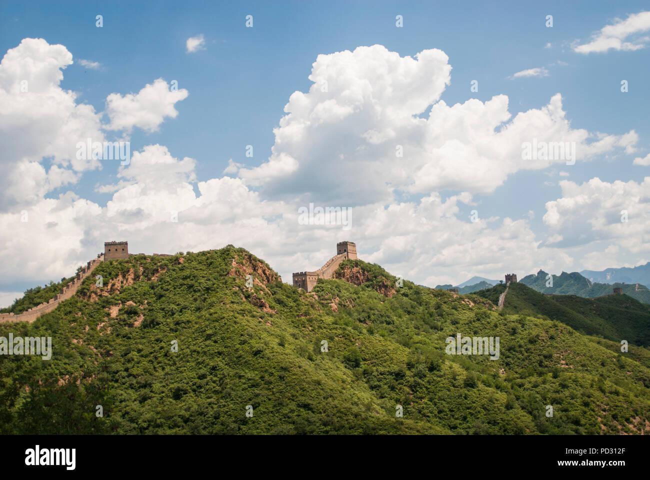 Die Große Mauer bei Jinshanling, einem beliebten Wanderweg und eines der am besten erhaltenen Teile der Großen Mauer mit vielen Originaldetails. Stockfoto