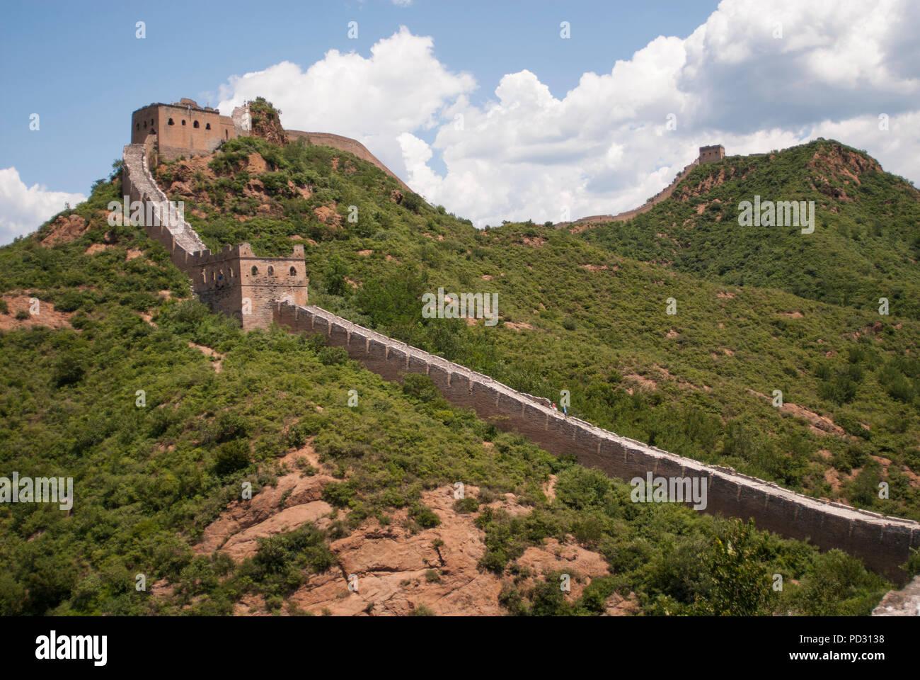 Die Große Mauer bei Jinshanling, einem beliebten Wanderweg und eines der am besten erhaltenen Teile der Großen Mauer mit vielen Originaldetails. Stockbild