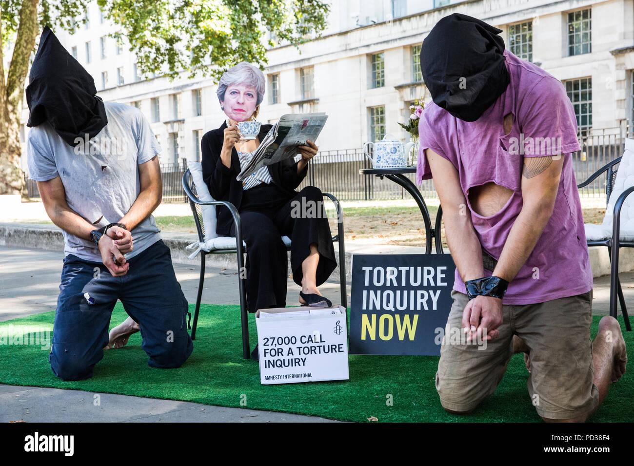 London, Großbritannien. 6. August 2018. Ein Aktivist von Amnesty ...