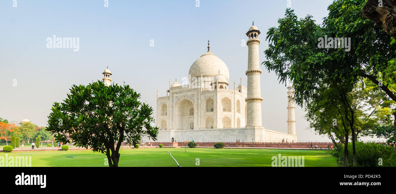 Das Taj Mahal Mausoleum mit seinen Gärten und Bäume, Agra, Indien Stockbild