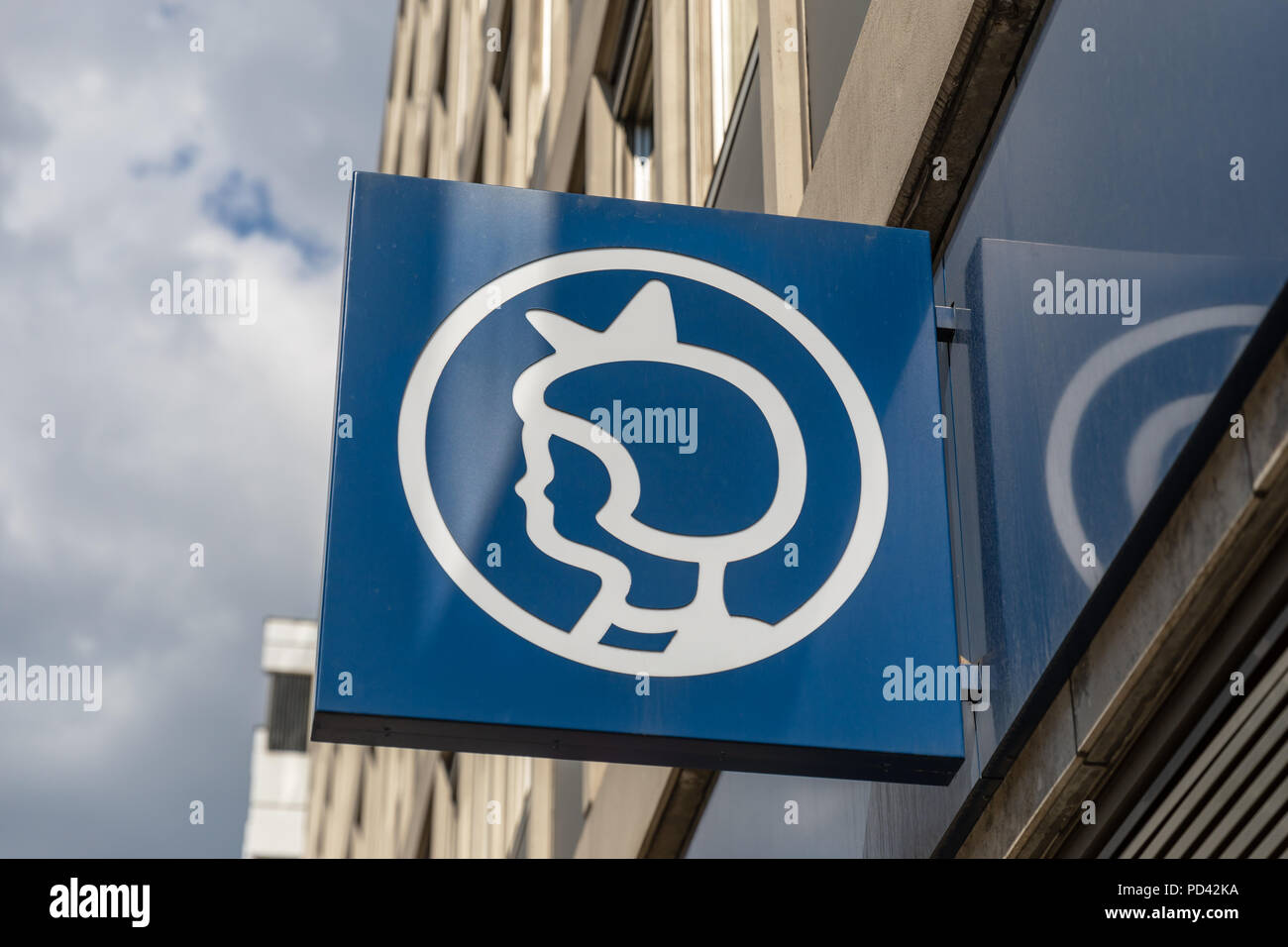 """Irmapigen (die """"Irma Mädchen'), Irma, die Dänische Supermarktkette, Zeichen auf der Fassade; Kopenhagen, Dänemark Stockbild"""