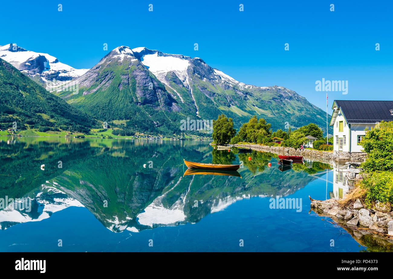 Hjelle, westlichem Norwegen, schön gelegen am See Oppstrynsvatnet. Stockbild