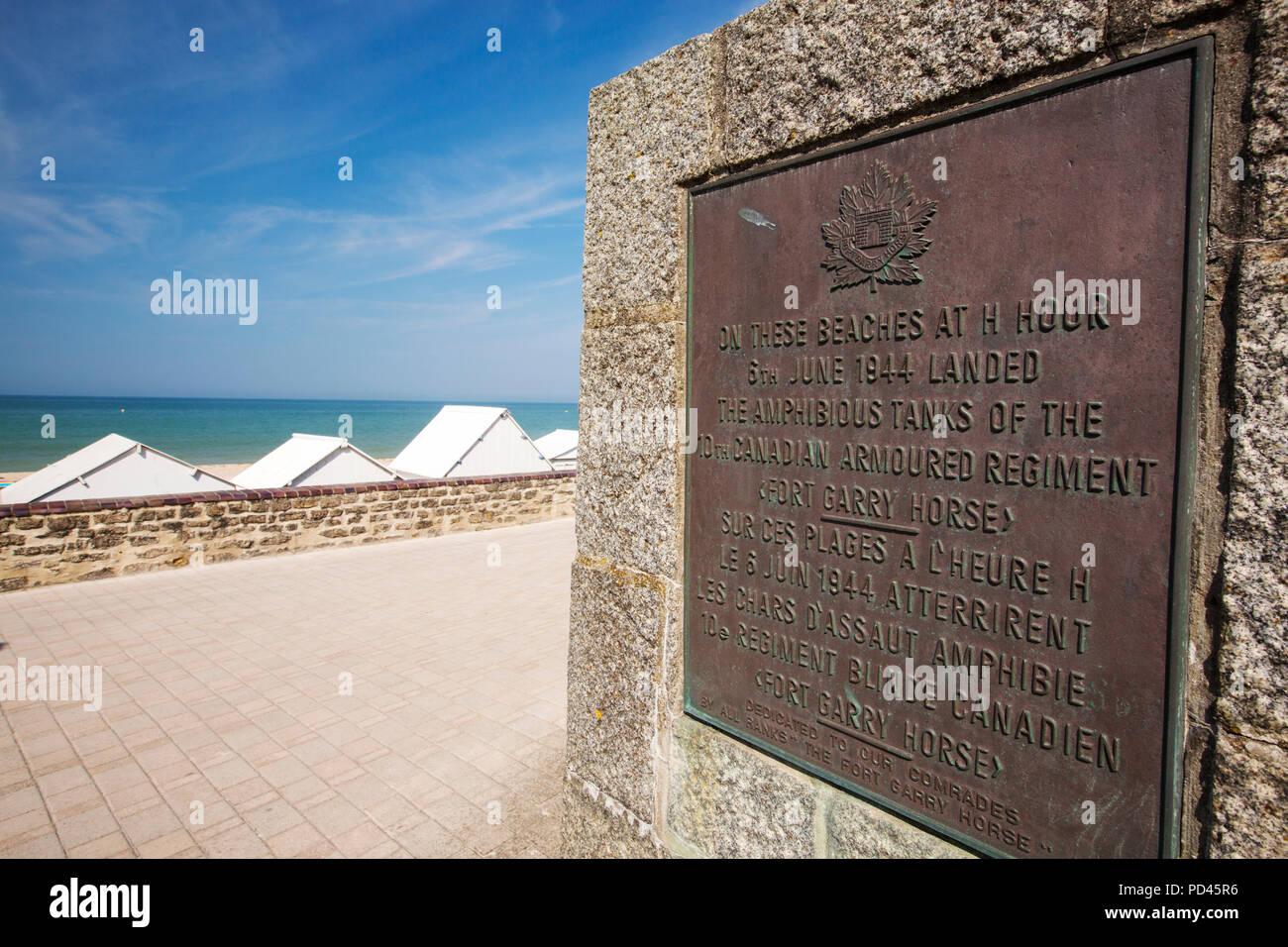 Eine Gedenktafel über der kanadischen Soldaten Juno Beach am D-Day, Bernieres-sur Mer, Normandie, Frankreich befreit. Stockbild