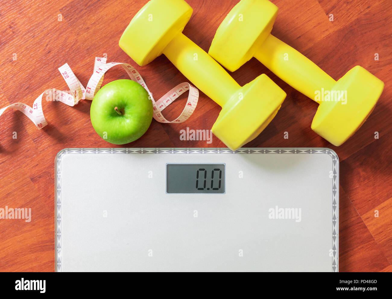 Obst, Kurzhantel- und Skala, Fett zu verbrennen und Gewichtsverlust Konzept, Ernährung Stockbild