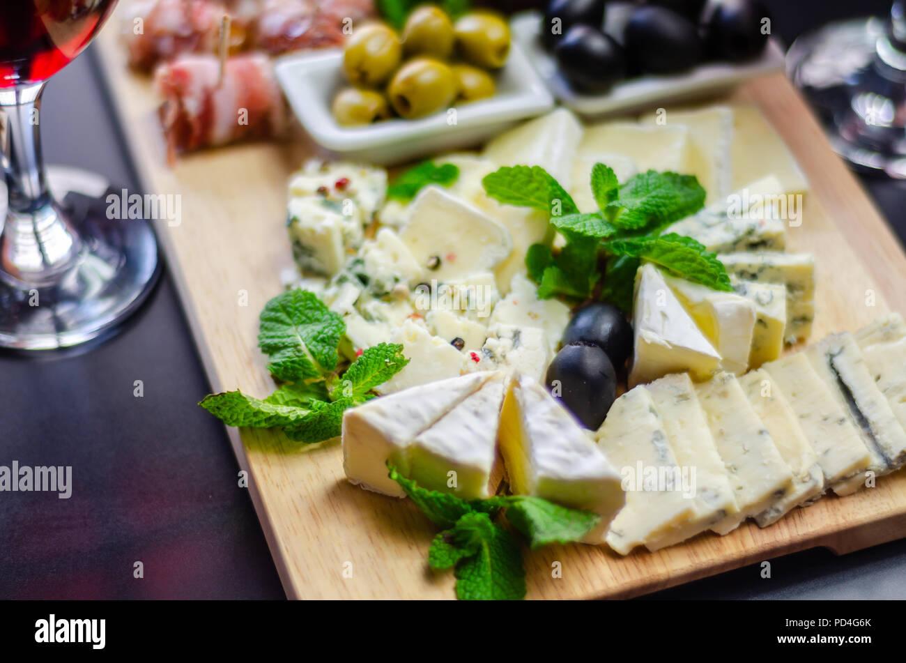 Satz von verschiedenen Käsesorten auf einem Holzbrett, Käseplatte, leckeren Snack, gesund und exklusive Essen, Käse set Stockbild