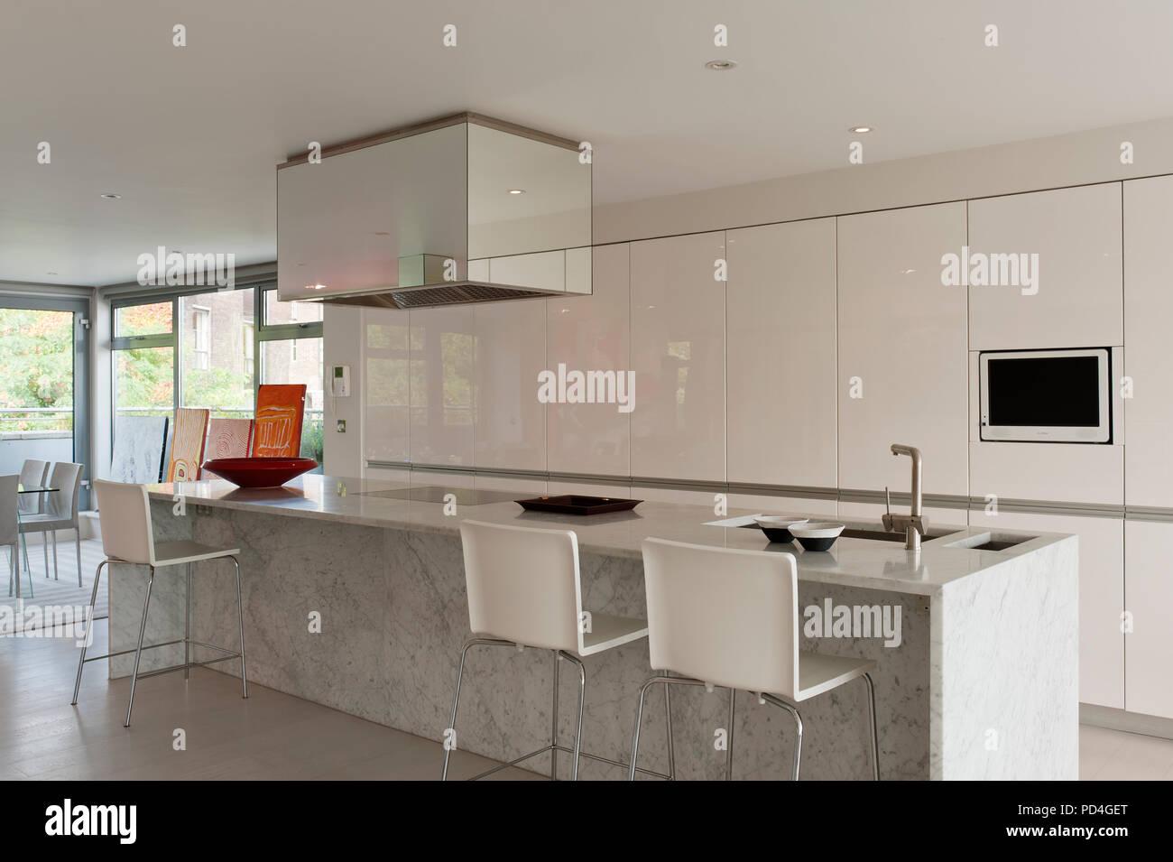 Moderne Küche mit Insel Stockfoto, Bild: 214615712 - Alamy