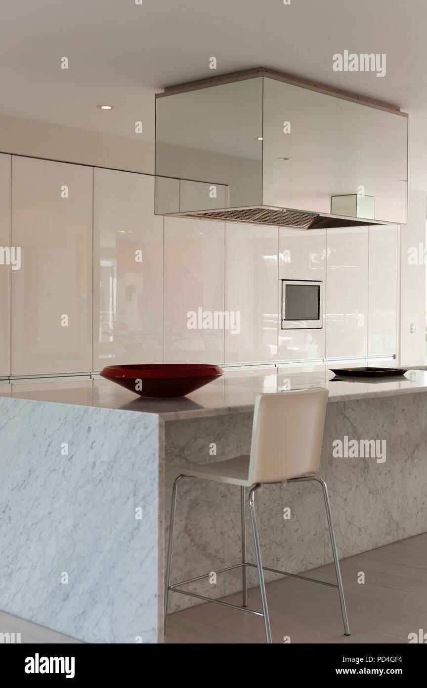 Moderne Küche mit Insel Stockfoto, Bild: 214615720 - Alamy