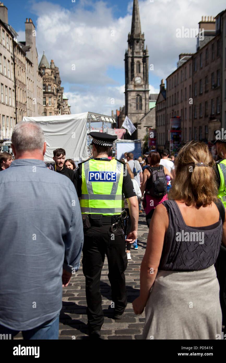 Die polizeiliche Präsenz auf der Royal Mile während der drei Woche jährliche Veranstaltung der Edinburgh Fringe Festival Stockbild