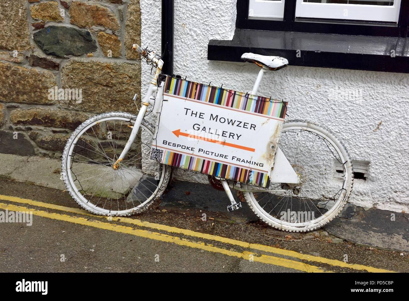Weiß lackiert Fahrrad Werbung eine Galerie. Fowey, Cornwall, England ...