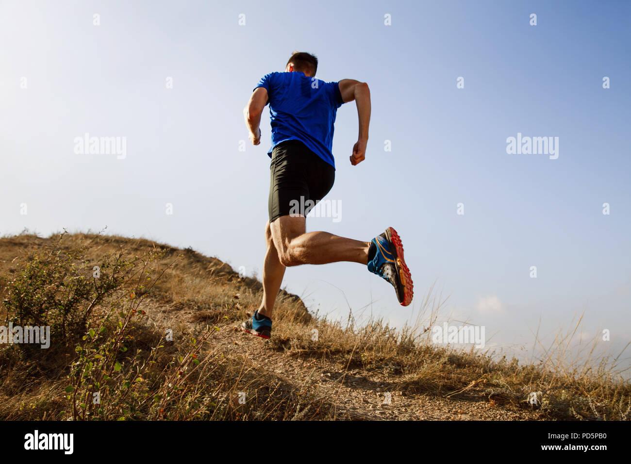 Laufen im Herbst trail auf männlichen Athleten runner Stockfoto
