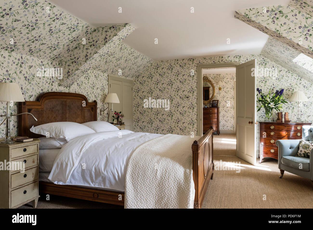 Antike rattan Bett in Blumen tapezierten Schlafzimmer mit weißen ...