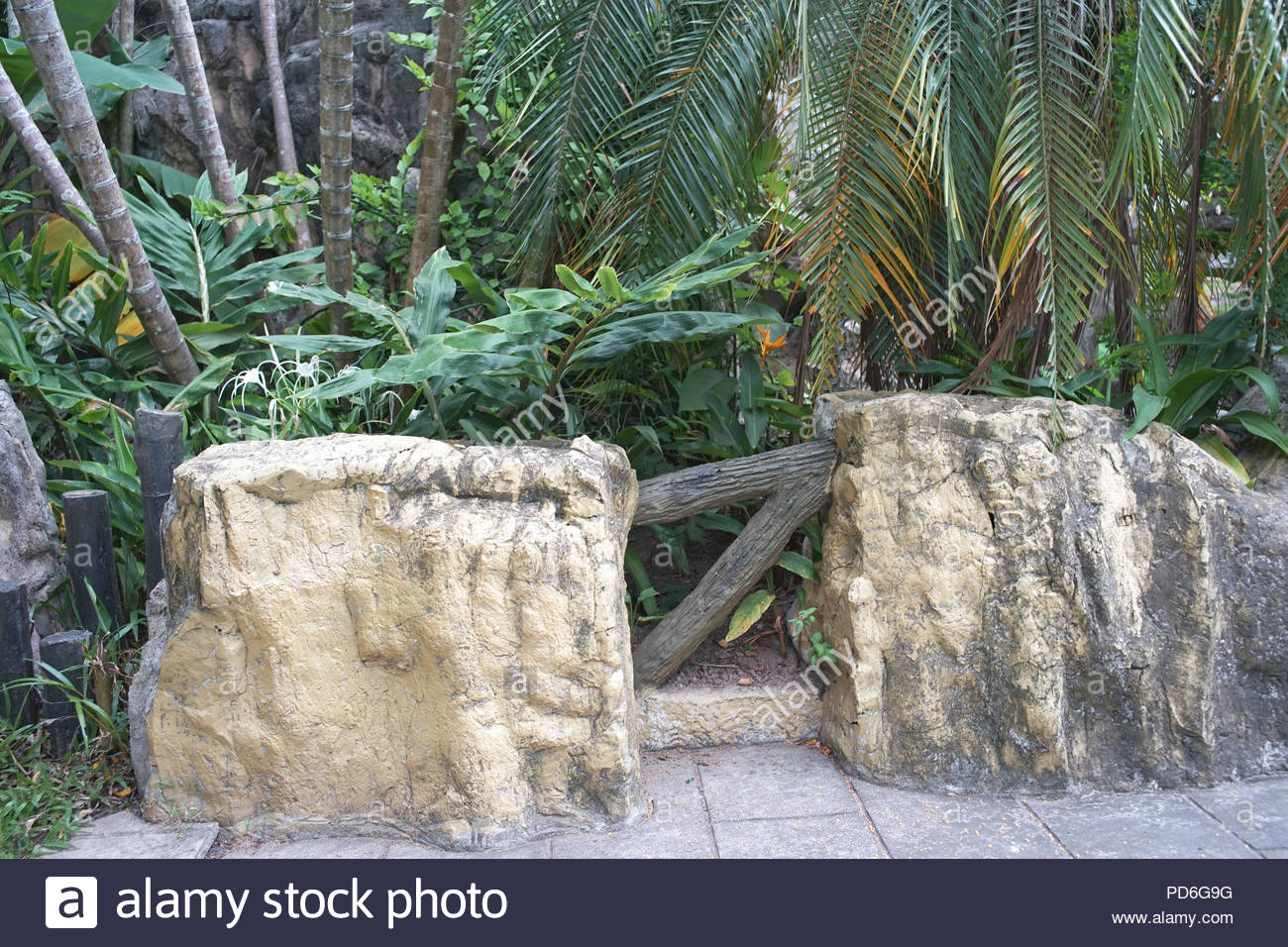 Stuhl Aus Stein Im Garten Dekorieren Stockfoto Bild 214659468 Alamy