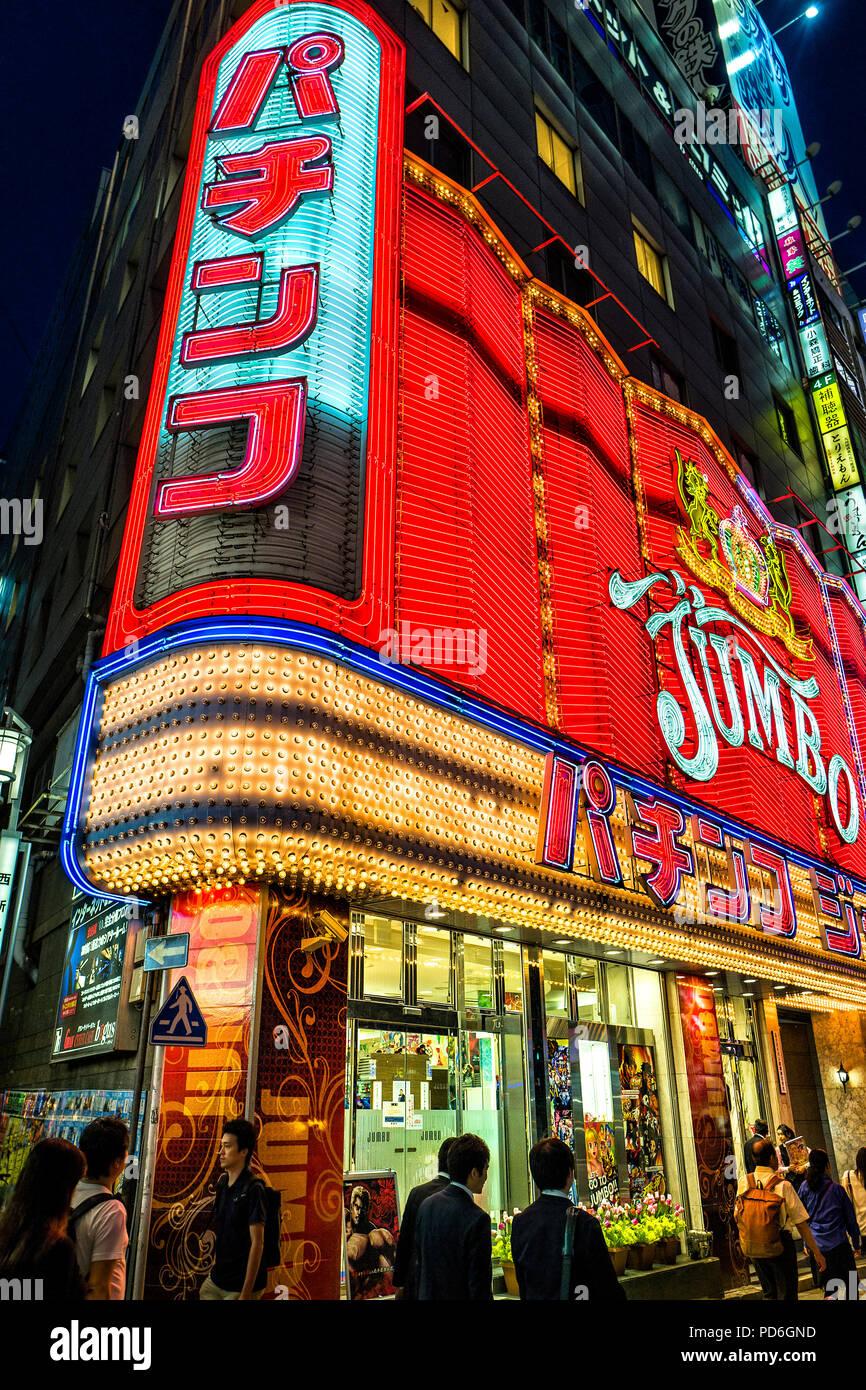 Japan, Insel Honshu, Kanto, Tokio, durch die Straßen in der Nacht im Stadtteil Shinjuku. Stockbild
