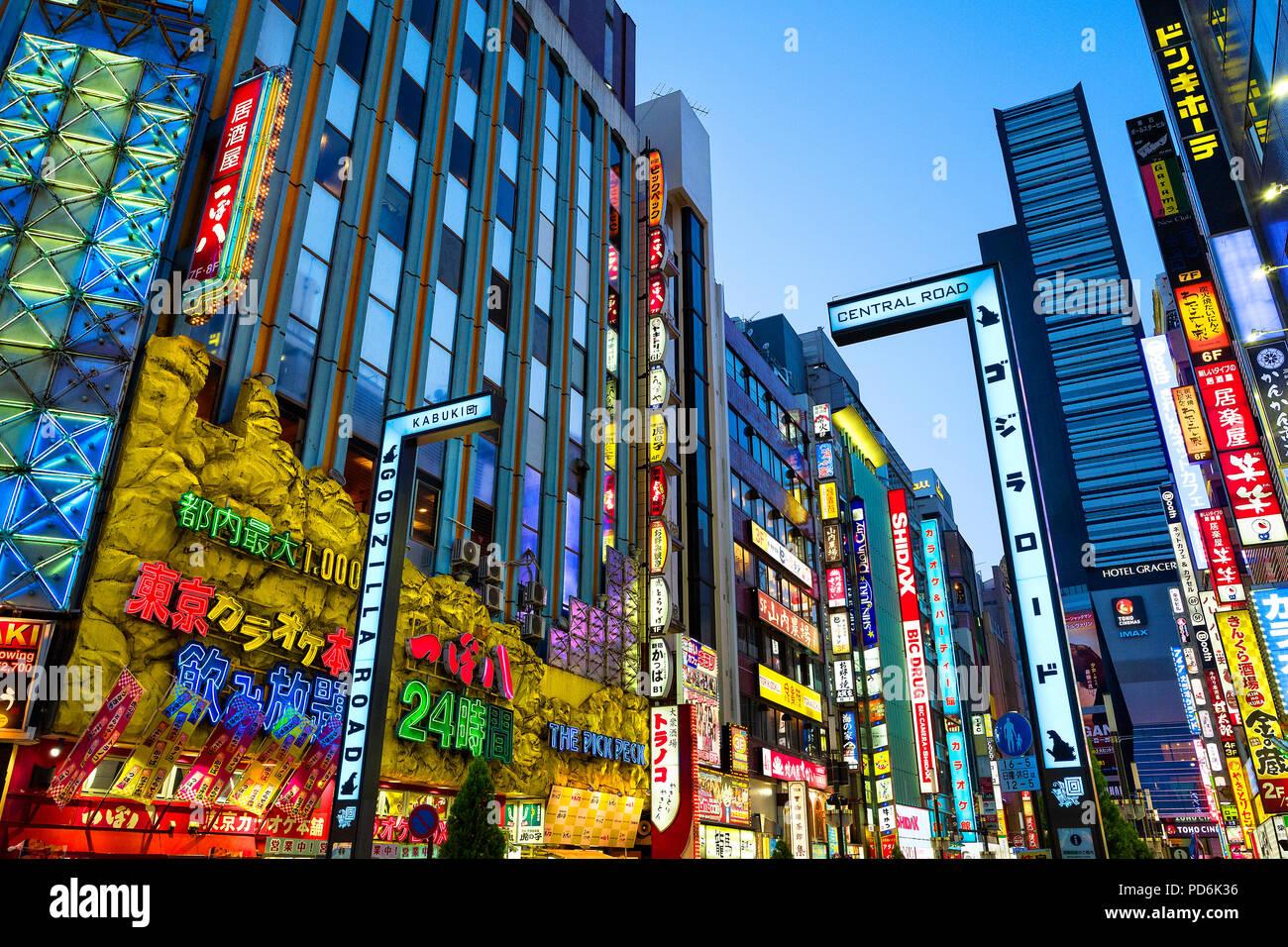 Japan, Insel Honshu, Kanto, Tokio, durch die Straßen in der Nacht im Kabuki-cho. Stockbild