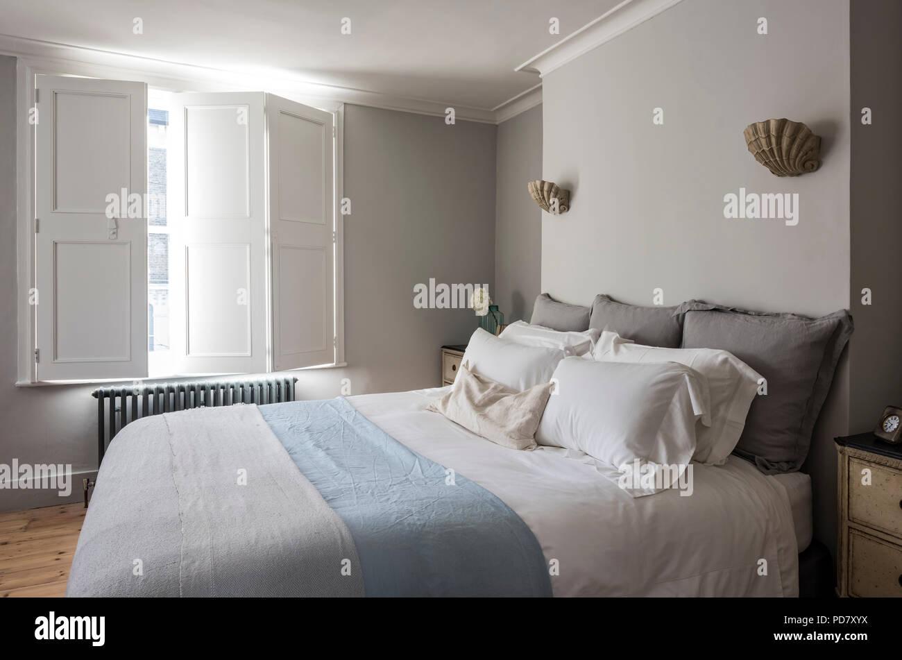 Elegantes Schlafzimmer mit Fensterläden und Jakobsmuschel ...