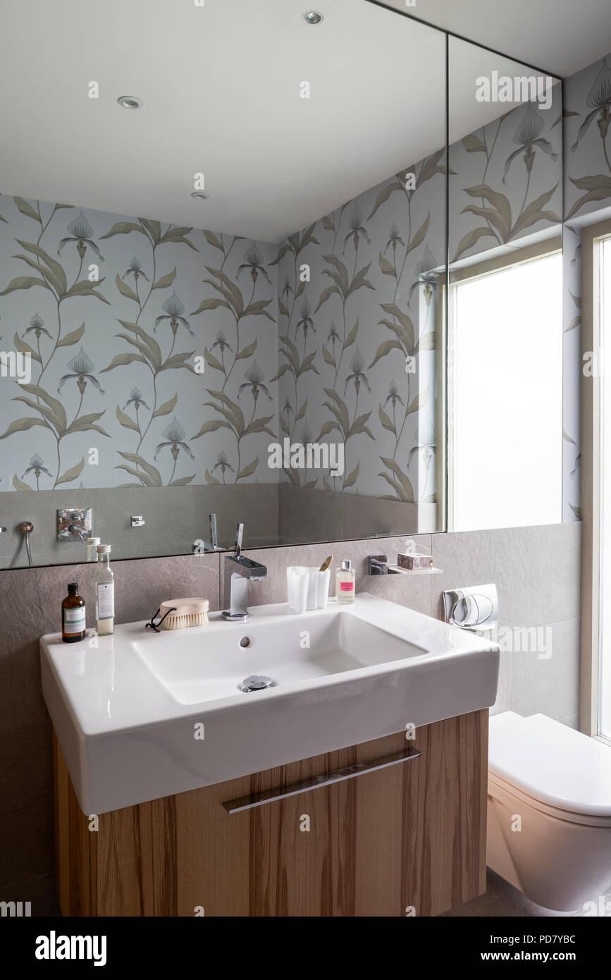 Ein vero becken von duravit wird in einem furnier waschtisch im badezimmer mit orchidee - Badezimmer becken ...