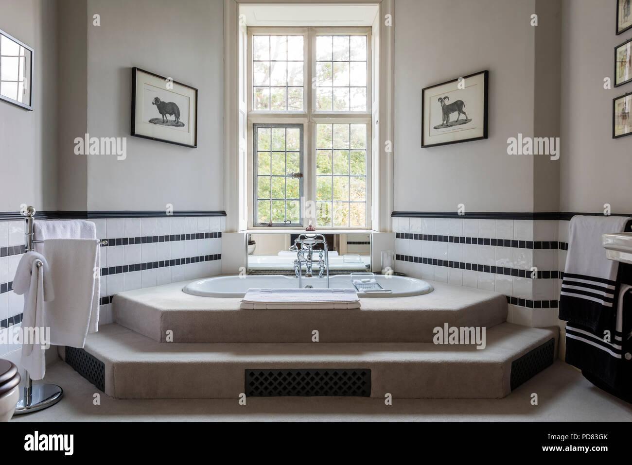 Luxus Master Badezimmer mit Wanne und verstärken, schwarze und