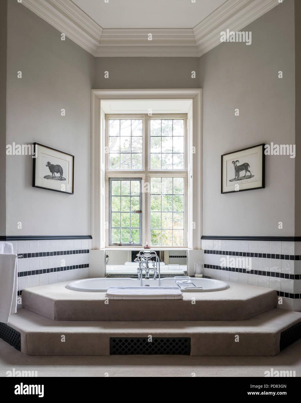 Luxus Master Badezimmer Mit Wanne Und Verstärken, Schwarze Und Weiße  Wandfliesen